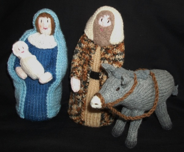 BRAND NEW HAND KNITTED NATIVITY STABLE WITH FIGURES